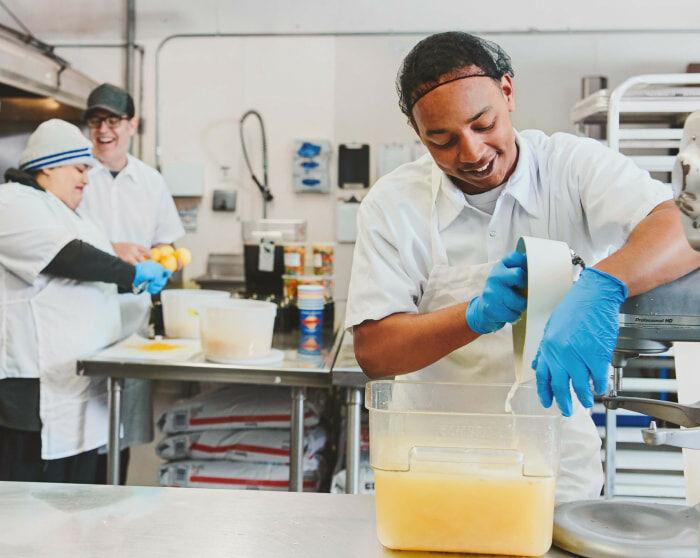 汉普里斯洛克姆员工制作冰淇淋